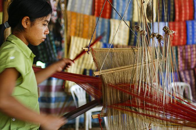 Young girl working on silk, Langbian Vietnam - Laetitia Botrel | Photography